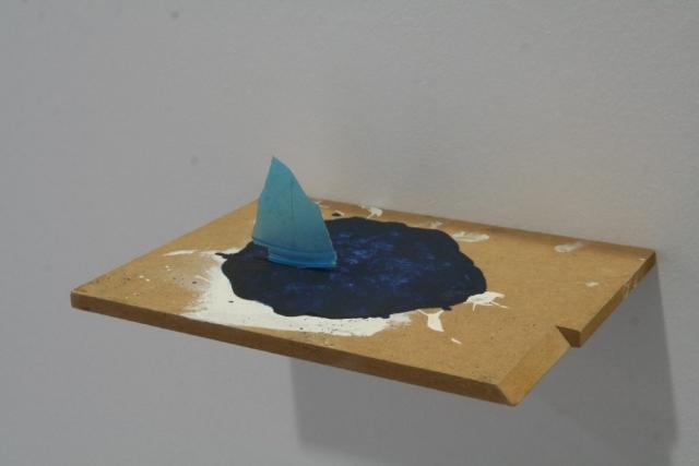 o.T. - 2015 - Objekt - Plastikscherbe,Lack, MDF-Platte