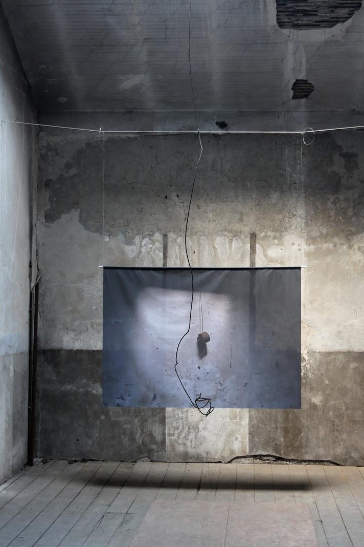 o.T. - 2018 - Rauminstallation - digital print auf Textil, Alurohr, Schnur